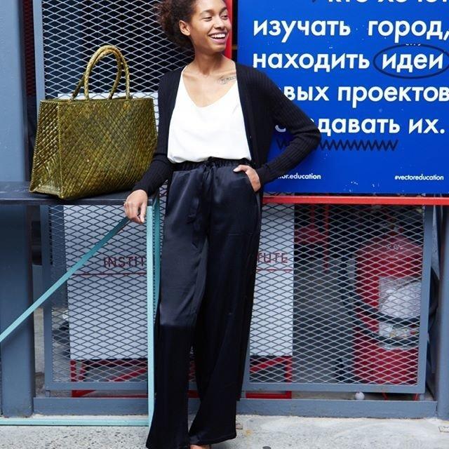 Фото - 12⠀STOREEZ Брюки широкие в пижамном стиле брюки в городском стиле из ткани стретч с удлиняющими вырезами