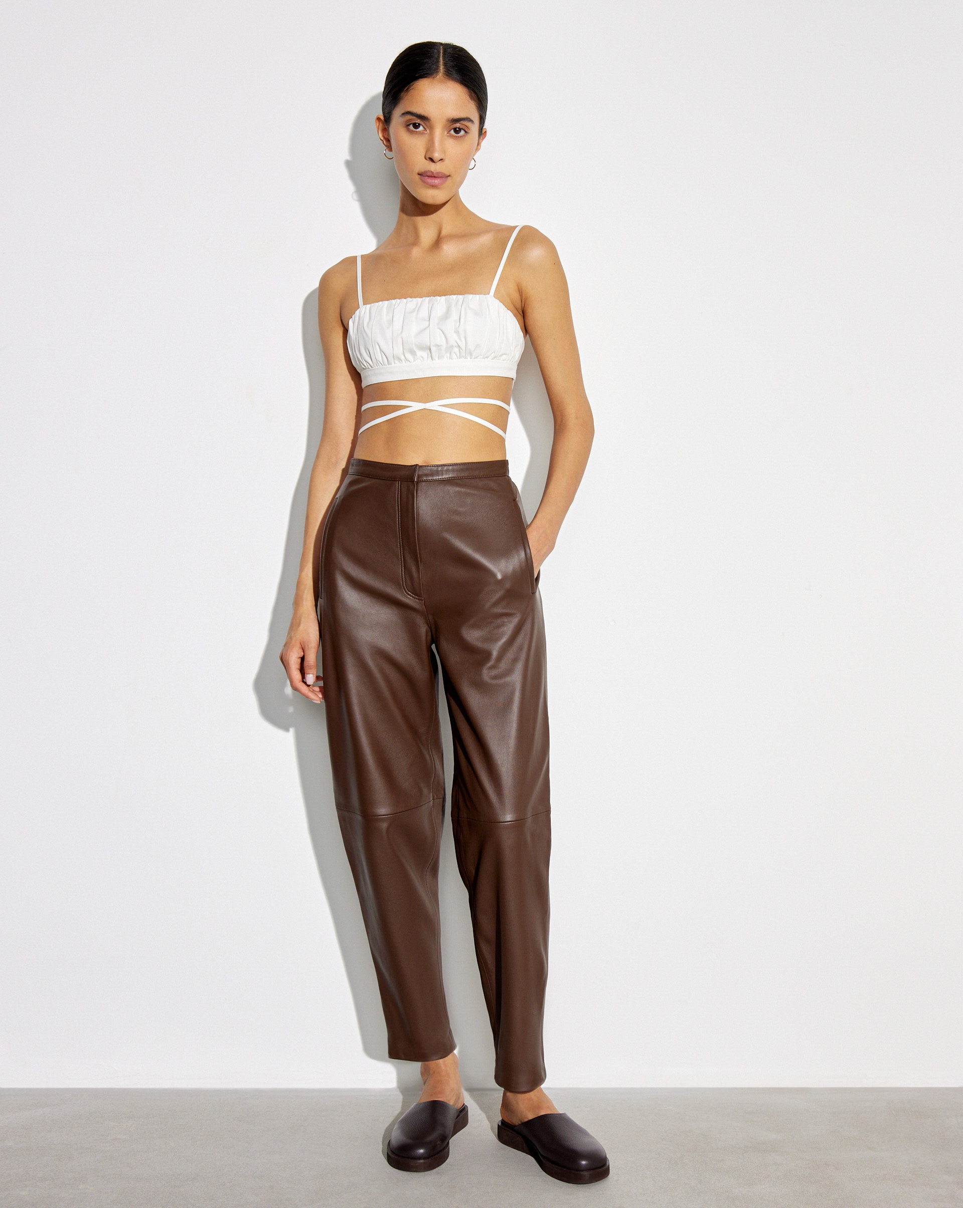 12⠀STOREEZ Кожаные брюки с листочками