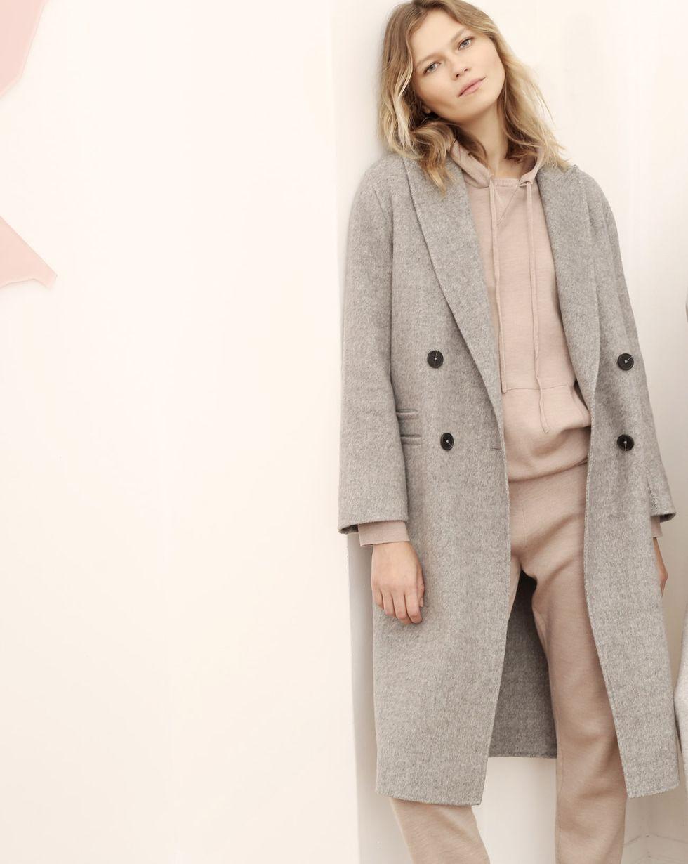 Пальто двубортное с фигурным воротником SВерхняя одежда<br><br><br>Артикул: 79911086<br>Размер: S<br>Цвет: Светло-серый<br>Новинка: НЕТ<br>Наименование en: Double-breasted camel wool coat