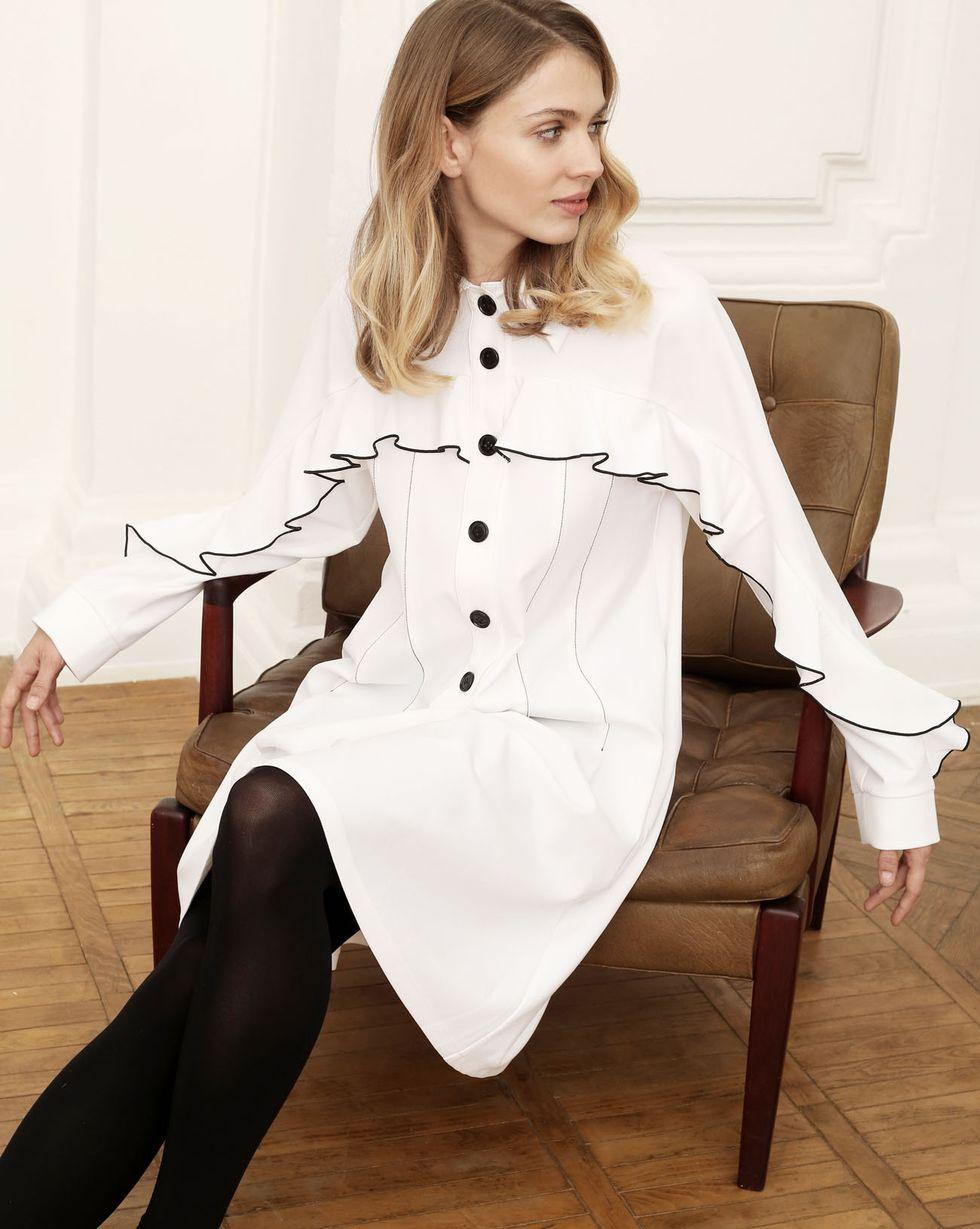 Платье объемное с воланами на плечах SПлатья<br><br><br>Артикул: 82911423<br>Размер: S<br>Цвет: Белый<br>Новинка: НЕТ<br>Наименование en: Ruffle detail oversized dress