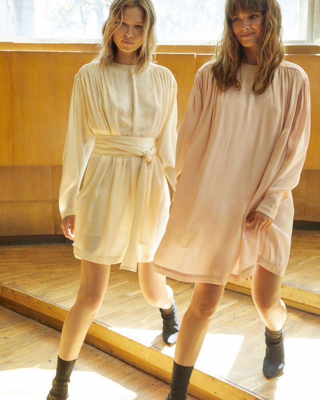 Платье мини с объемными плечами MПлатья<br><br><br>Артикул: 82910613<br>Размер: M<br>Цвет: Молочный<br>Новинка: ДА<br>Наименование en: Long sleeve mini dress