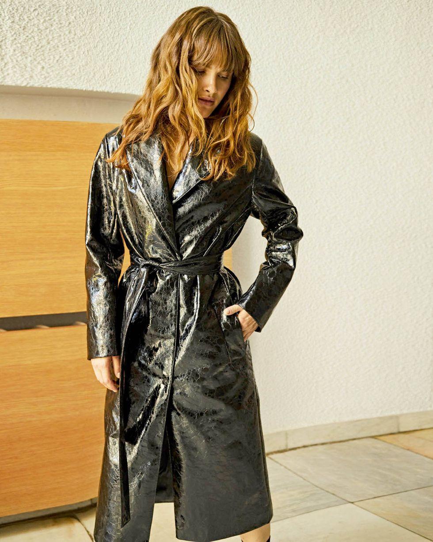 Плащ из искусственной кожи XSВерхняя одежда<br><br><br>Артикул: 79910270<br>Размер: XS<br>Цвет: Черный<br>Новинка: НЕТ<br>Наименование en: Faux leather trench coat
