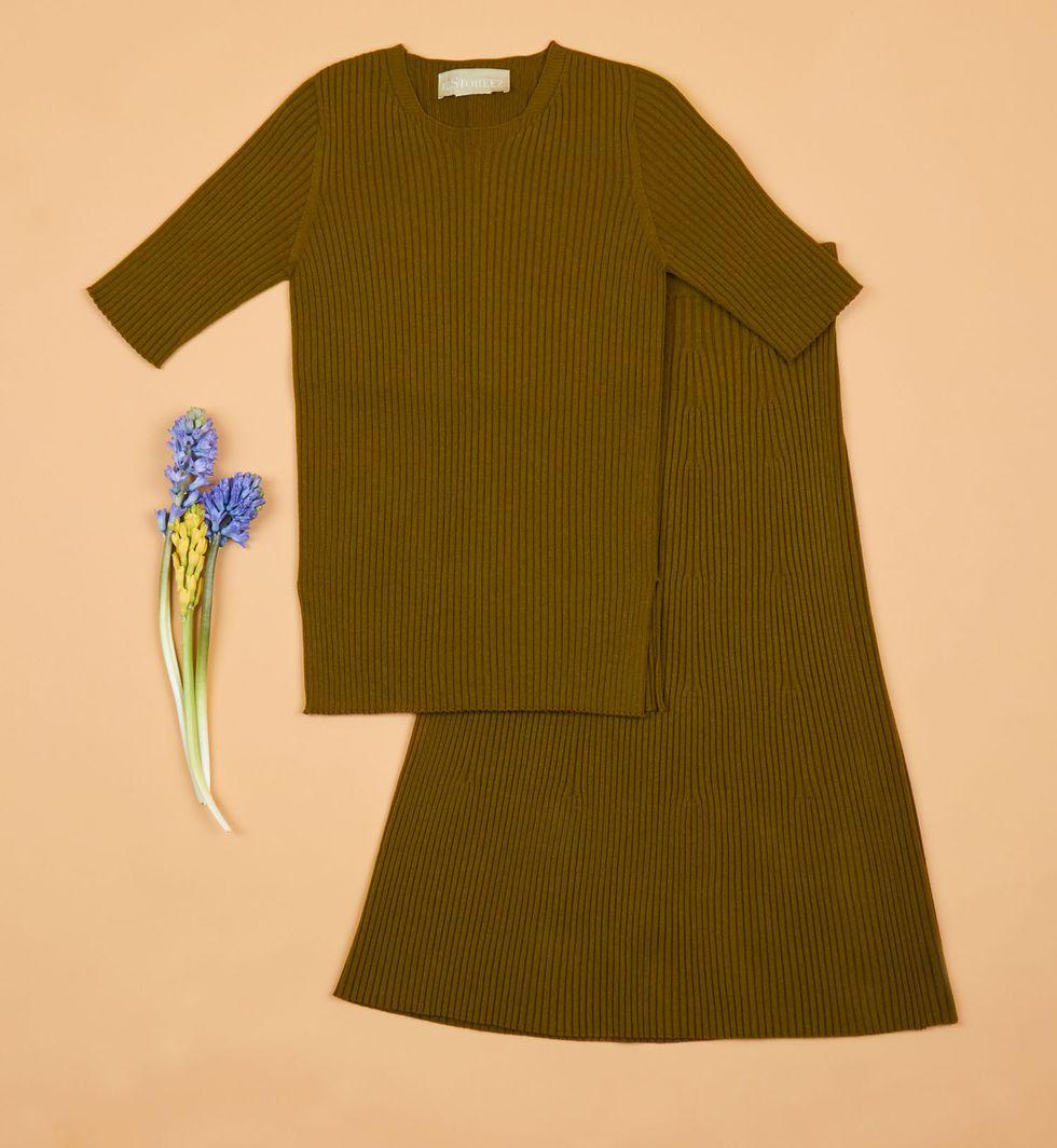 Костюм: свитер с короткими рукавами и юбка миди в рубчик SКомплекты<br><br><br>Артикул: 706837<br>Размер: S<br>Цвет: Оливковый<br>Новинка: НЕТ<br>Наименование en: Ribbed knit short sleeve sweater and midi skirt co-ord