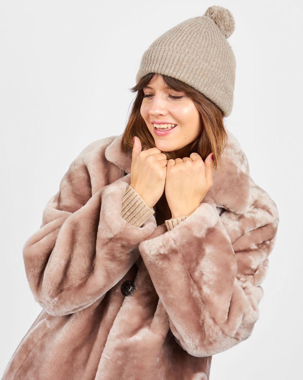 Шапка с помпоном One sizeАксессуары<br><br><br>Артикул: 80010537<br>Размер: One size<br>Цвет: Бежевый<br>Новинка: НЕТ<br>Наименование en: Pompom knit beanie hat