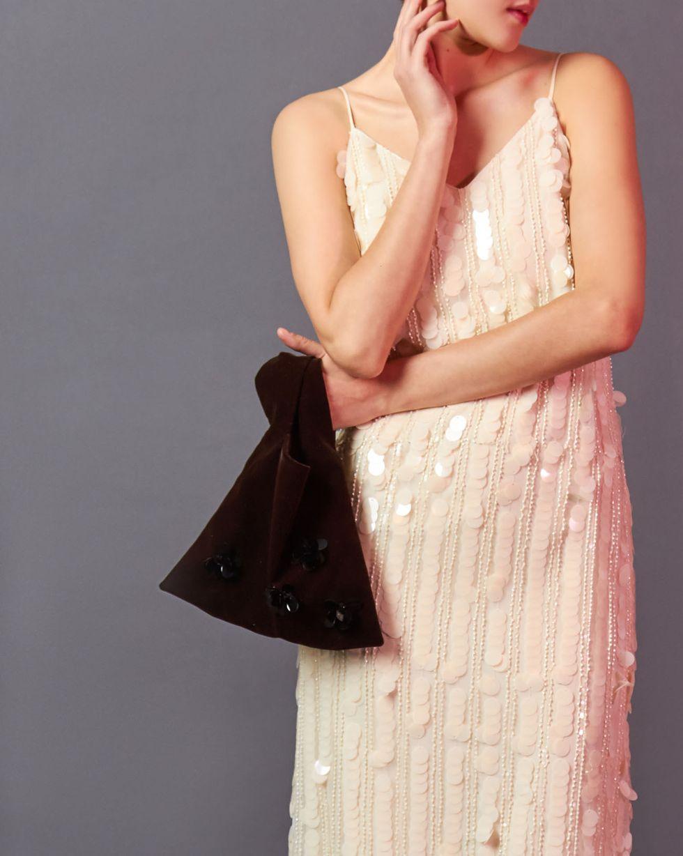 Сумка-мешок из бархата One sizeАксессуары<br><br><br>Артикул: 80012390<br>Размер: One size<br>Цвет: Коричневый<br>Новинка: ДА<br>Наименование en: Velvet bucket bag