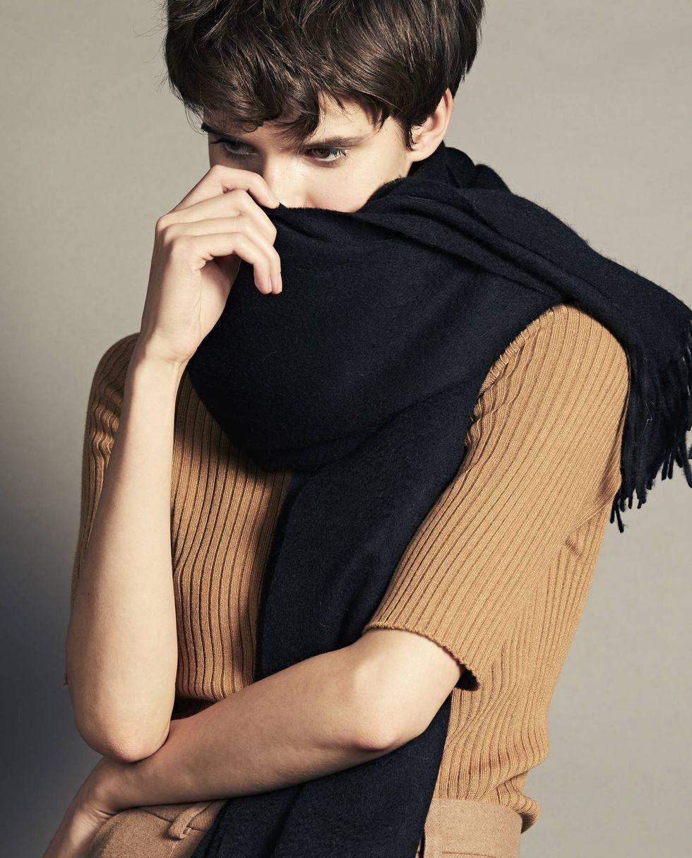 Шарф из кашемира, шелка и шерсти One sizeаксессуары<br><br><br>Артикул: 8007288<br>Размер: One size<br>Цвет: Черный<br>Новинка: НЕТ<br>Наименование en: Cashmere &amp; Wool blend scarf