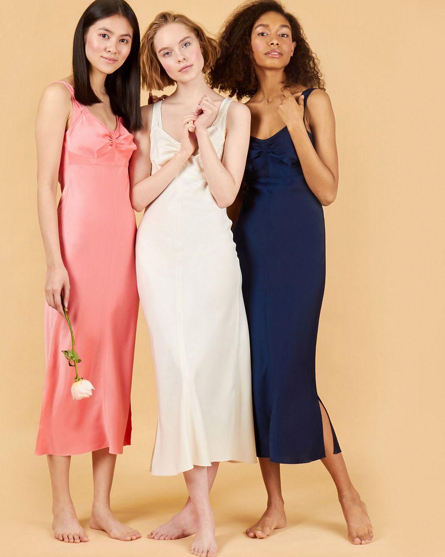 Комбинация на широких бретелях XSПлатья<br><br><br>Артикул: 82912457<br>Размер: XS<br>Цвет: Молочный<br>Новинка: НЕТ<br>Наименование en: Wide strap slip dress