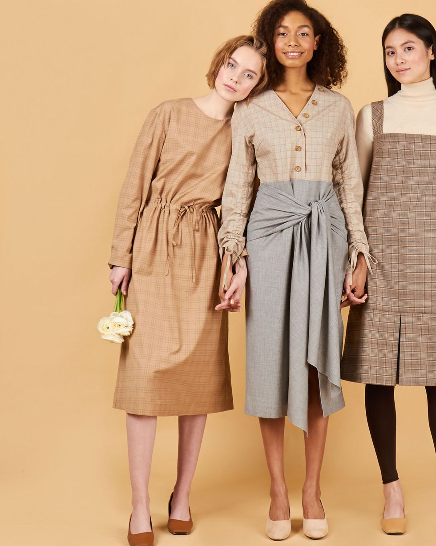 Платье миди с завязками на бедрах MПлатья<br><br><br>Артикул: 82913103<br>Размер: M<br>Цвет: Серый<br>Новинка: ДА<br>Наименование en: Combined tie detail midi dress
