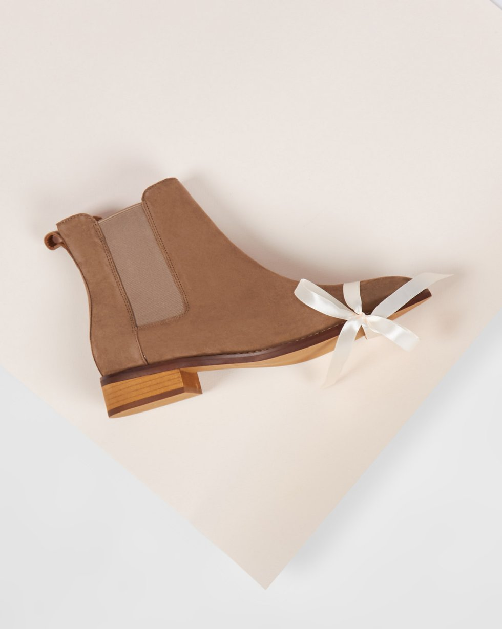 Ботинки из замши с резинкой 35Обувь<br><br><br>Артикул: 818411422<br>Размер: 35<br>Цвет: Бежевый<br>Новинка: НЕТ<br>Наименование en: Suede chelsea boots