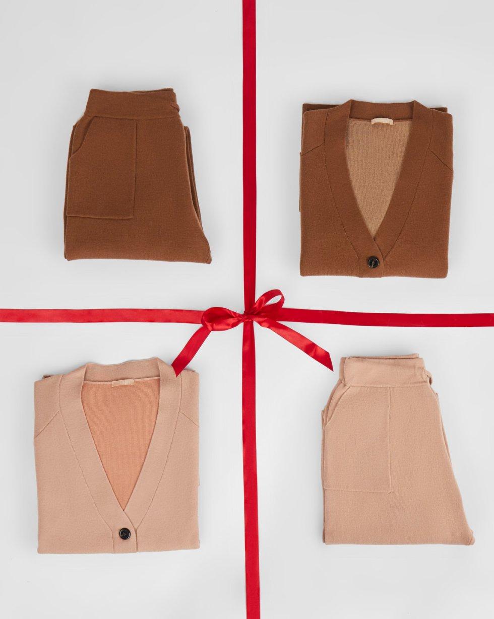 Костюм трикотажный: кардиган и брюки SКомплекты<br><br><br>Артикул: 7011108<br>Размер: S<br>Цвет: Пшеничный<br>Новинка: НЕТ<br>Наименование en: Fine-knit cardigan and joggers two-piece set