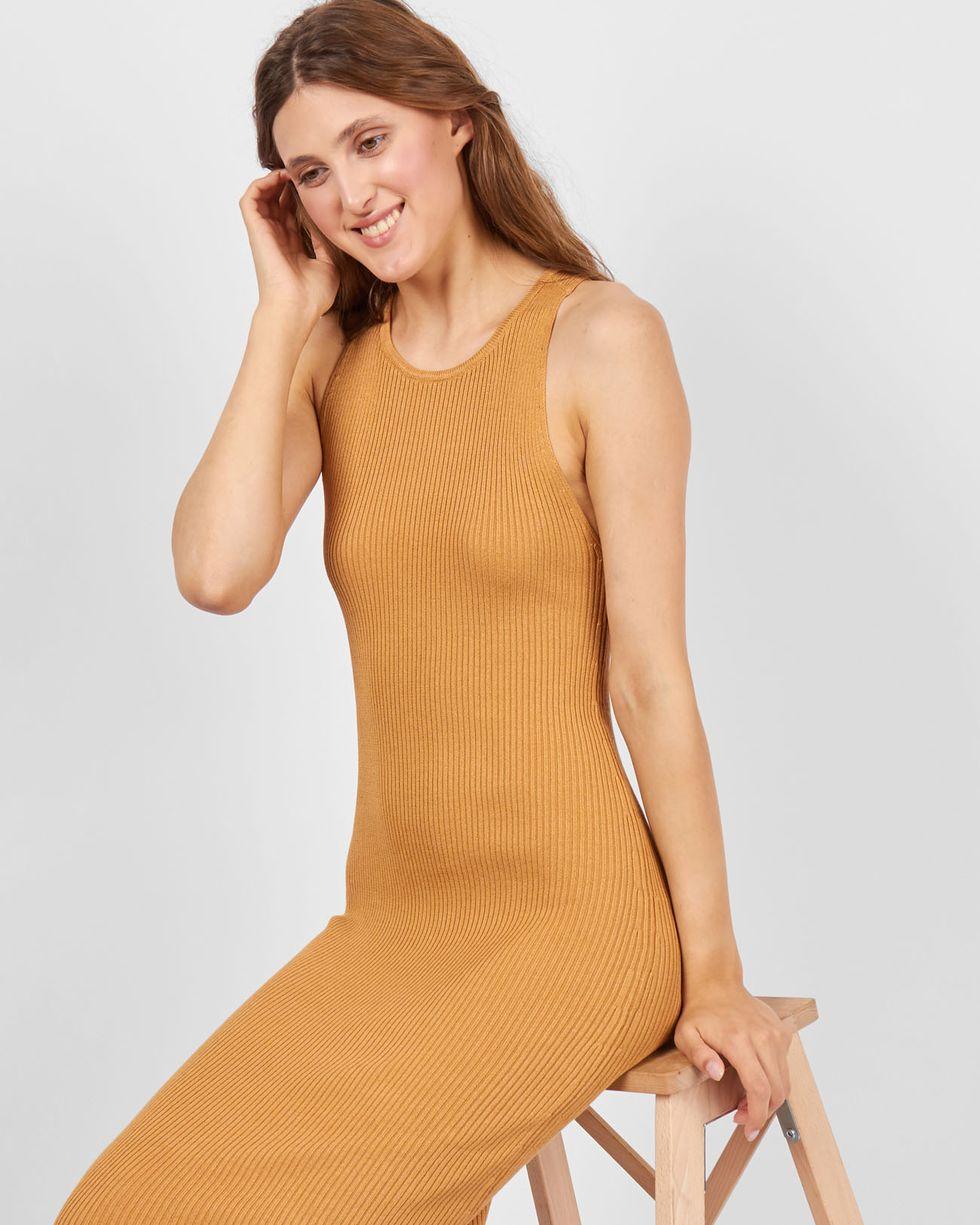 Платье трикотажное без рукавов One sizeПлатья<br><br><br>Артикул: 82910197<br>Размер: One size<br>Цвет: Бежевый<br>Новинка: НЕТ<br>Наименование en: Sleeveless fitted knit dress