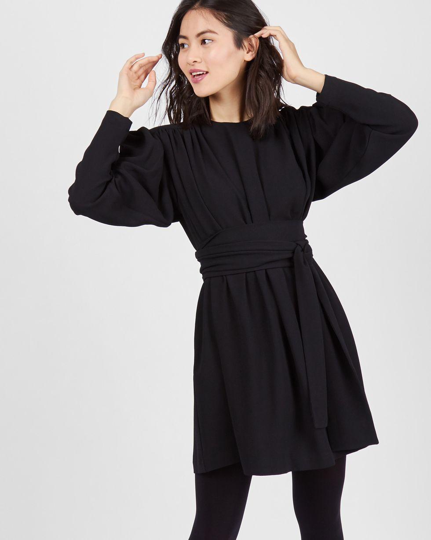 Платье мини с объемными плечами MПлатья<br><br><br>Артикул: 82910593<br>Размер: M<br>Цвет: Черный<br>Новинка: НЕТ<br>Наименование en: Long sleeve mini dress
