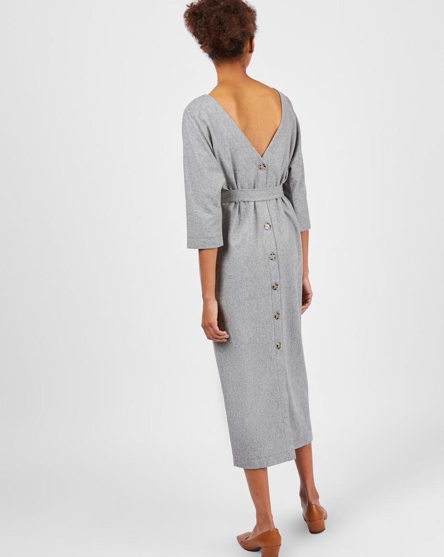 Платье миди с вырезом и пуговицами сзади LПлатья<br><br><br>Артикул: 82910705<br>Размер: L<br>Цвет: Светло-серый<br>Новинка: НЕТ<br>Наименование en: BACK V-NECK MIDI DRESS