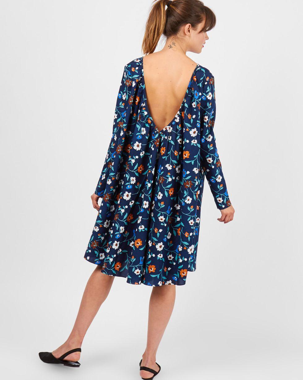 Платье миди с вырезом на спине в цветок MПлатья<br><br><br>Артикул: 82910715<br>Размер: M<br>Цвет: Синий<br>Новинка: ДА<br>Наименование en: Oversized V-cut midi dress