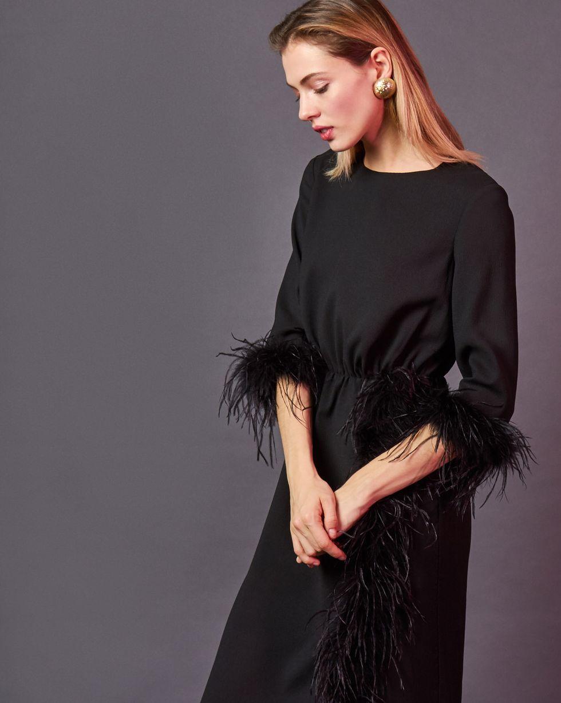 Платье миди с перьями MПлатья<br><br><br>Артикул: 82912360<br>Размер: M<br>Цвет: Черный<br>Новинка: НЕТ<br>Наименование en: Feather embellished midi dress
