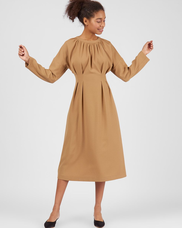Платье со складками на талии XSПлатья<br><br><br>Артикул: 82912820<br>Размер: XS<br>Цвет: Бежевый<br>Новинка: НЕТ<br>Наименование en: Cinched waist midi dress