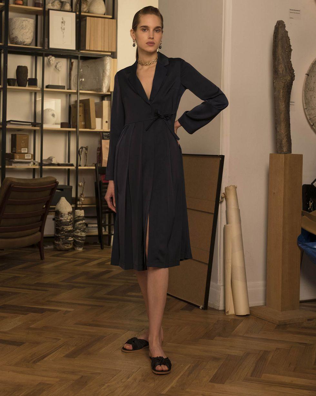 Платье-жакет со складками MПлатья<br><br><br>Артикул: 82913895<br>Размер: M<br>Цвет: Темно-синий<br>Новинка: НЕТ<br>Наименование en: Pleated front jacket dress