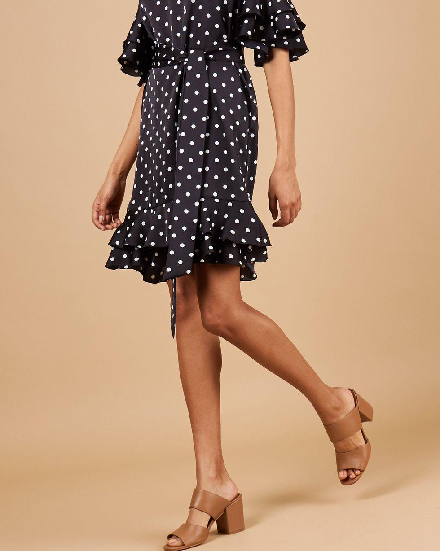 Платье мини с воланами в горох  LПлатья<br><br><br>Артикул: 82914165<br>Размер: L<br>Цвет: Черный<br>Новинка: НЕТ<br>Наименование en: Polka dot frill hem dress