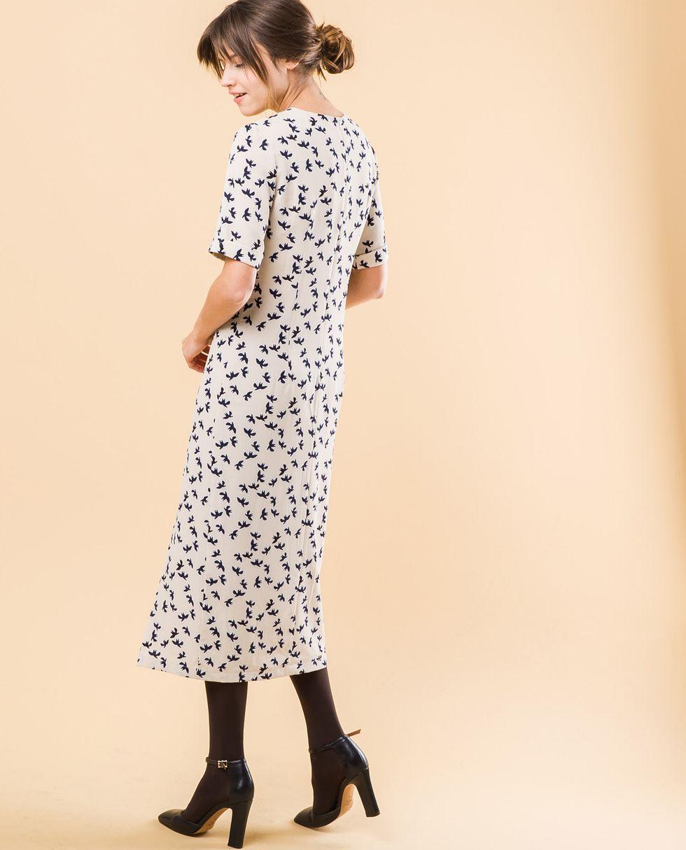 Платье миди с двумя разрезами на пуговицах Мплатья<br><br><br>Артикул: 8296340<br>Размер: M<br>Цвет: Молочный принт птички<br>Новинка: НЕТ<br>Наименование en: Button detail midi dress with front slits