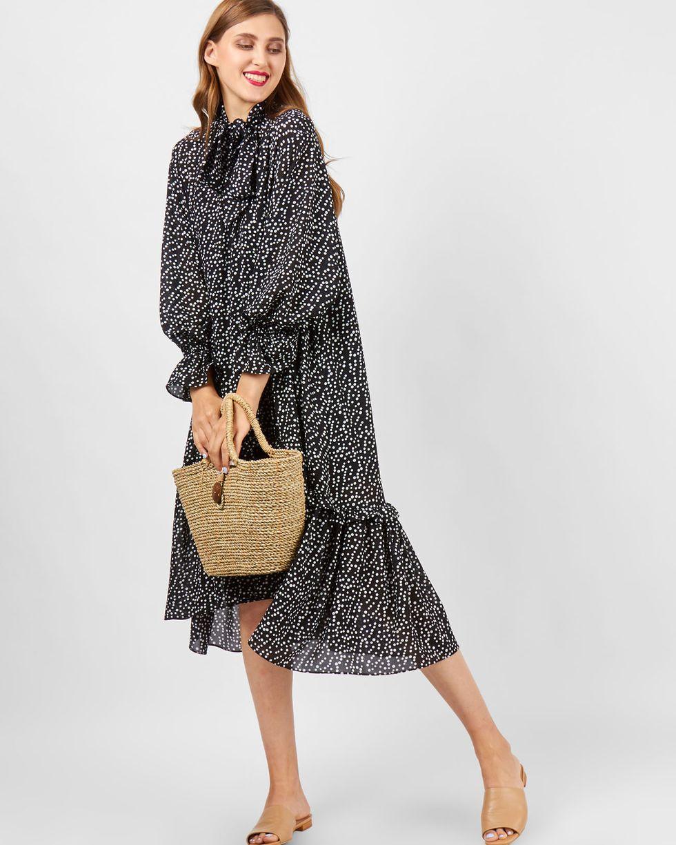 цена 12Storeez Платье в горошек с рюшами (черное) онлайн в 2017 году