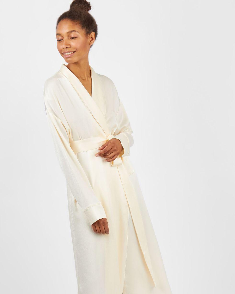 Платье-халат MСкоро в продаже<br><br><br>Артикул: 8299601<br>Размер: M<br>Цвет: Молочный<br>Новинка: НЕТ<br>Наименование en: Fold over robe dress