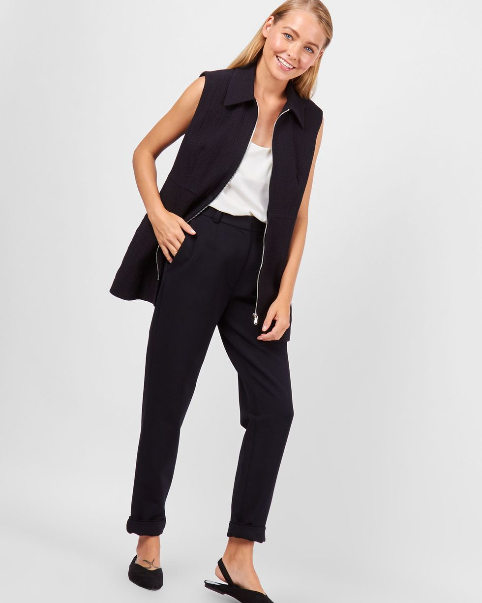 Жилет на молнии LЖакеты<br><br><br>Артикул: 93010564<br>Размер: L<br>Цвет: Черный<br>Новинка: ДА<br>Наименование en: Sleeveless zip front vest