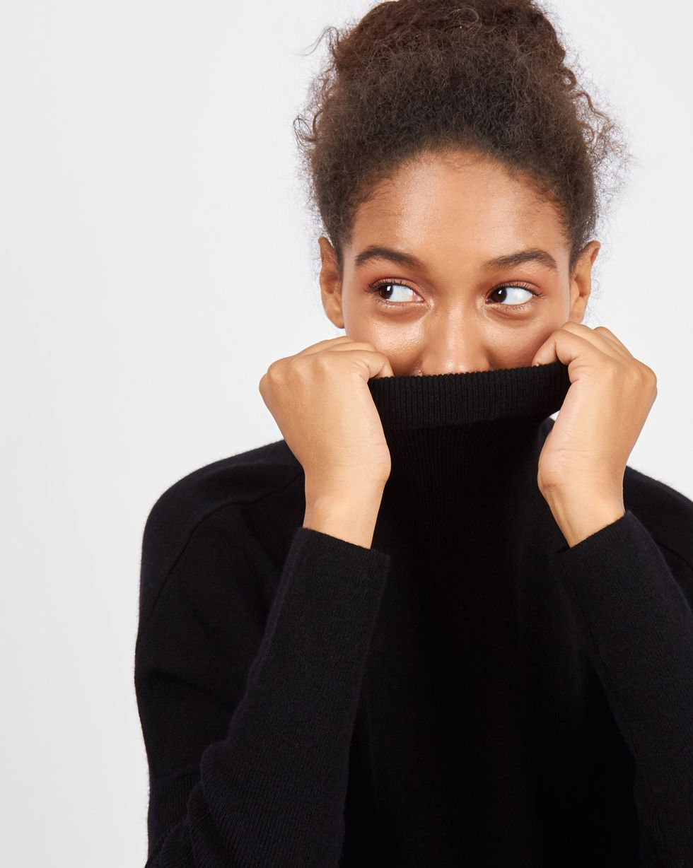 Свитер объёмный тонкой вязки MТрикотаж<br><br><br>Артикул: 84411143<br>Размер: M<br>Цвет: Черный<br>Новинка: НЕТ<br>Наименование en: Fine-knit roll neck sweater