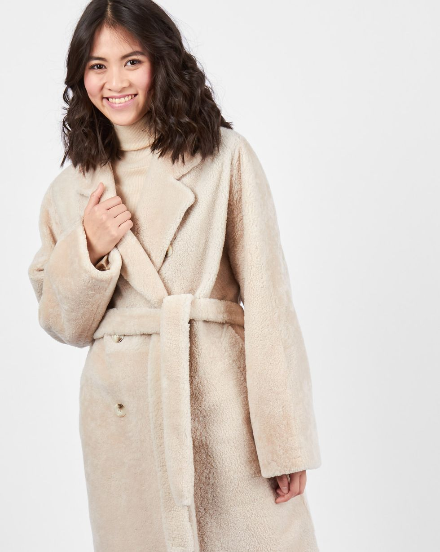 Шуба облегченная MВерхняя одежда<br><br><br>Артикул: 79911453<br>Размер: M<br>Цвет: Молочный<br>Новинка: НЕТ<br>Наименование en: Belted shearling coat