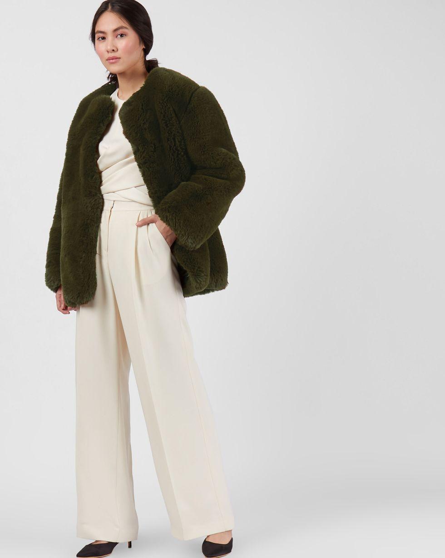 Шуба укороченная из искусственного меха XSВерхняя одежда<br><br><br>Артикул: 79912743<br>Размер: XS<br>Цвет: Хаки<br>Новинка: НЕТ<br>Наименование en: Faux fur collarless jacket