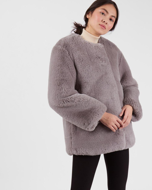 Шуба укороченная из искусственного меха XSВерхняя одежда<br><br><br>Артикул: 79912744<br>Размер: XS<br>Цвет: Серый<br>Новинка: НЕТ<br>Наименование en: Faux fur collarless jacket