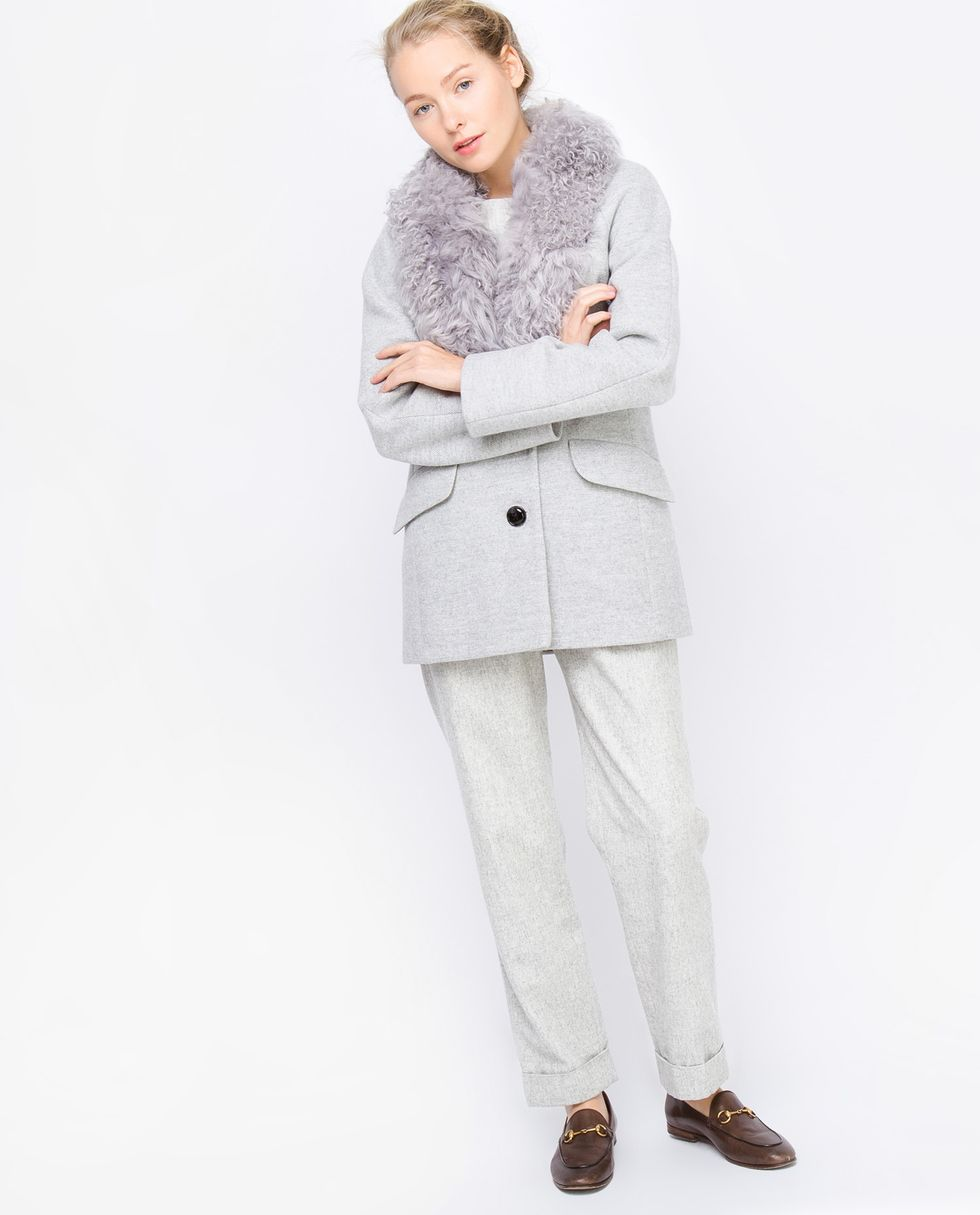 Пальто-пиджак с меховым воротником из каракуля Sверхняя одежда<br><br><br>Артикул: 7996742<br>Размер: S<br>Цвет: Светло-серый<br>Новинка: НЕТ<br>Наименование en: None