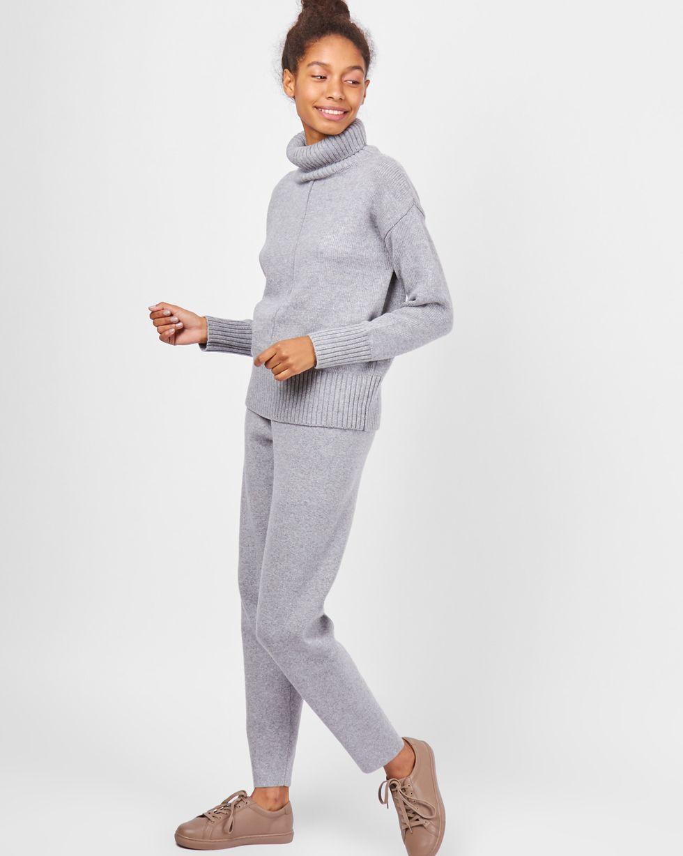 Костюм: Свитер с зауженными брюками XSКомплекты<br><br><br>Артикул: 7011020<br>Размер: XS<br>Цвет: Серый<br>Новинка: НЕТ<br>Наименование en: Turtleneck sweater and knit joggers co-ord set