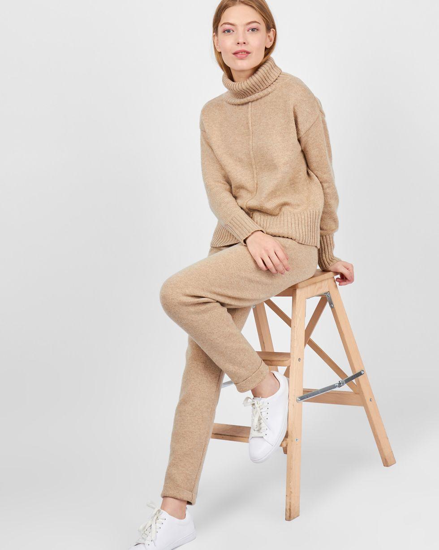 Костюм: Свитер с зауженными брюками SКомплекты<br><br><br>Артикул: 7011098<br>Размер: S<br>Цвет: Бежевый<br>Новинка: НЕТ<br>Наименование en: Turtleneck sweater and knit joggers co-ord set