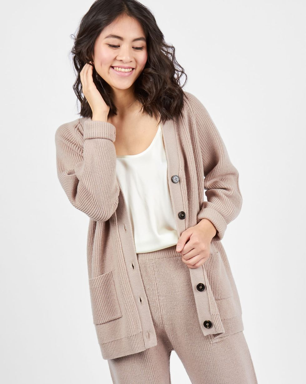 Костюм: кардиган и брюки крупной вязки MКомплекты<br><br><br>Артикул: 7011106<br>Размер: M<br>Цвет: Кофе с молоком<br>Новинка: НЕТ<br>Наименование en: Wool knit cardigan and joggers co-ord