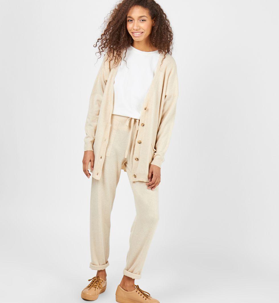 Костюм: кардиган и брюки тонкой вязки из шерсти и кашемира Mкомплекты<br><br><br>Артикул: 704294<br>Размер: M<br>Цвет: Молочный<br>Новинка: НЕТ<br>Наименование en: Thin knitted cardigan and joggers co-ord