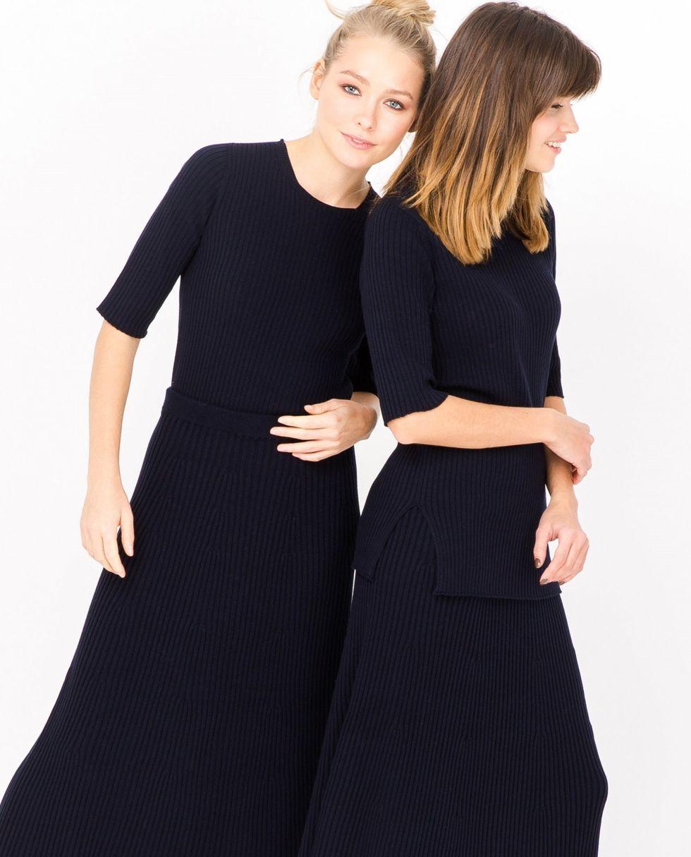 купить 12Storeez Костюм: свитер с короткими рукавами и юбка миди в рубчик (темно-синий) по цене 10900 рублей