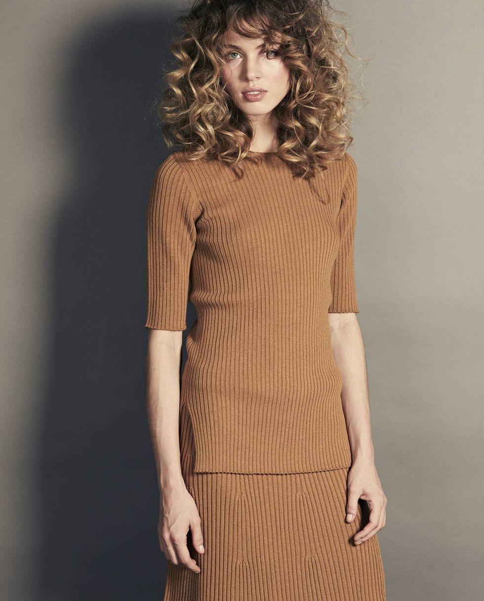 купить 12Storeez Костюм: свитер с короткими рукавами и юбка миди в рубчик (темно-бежевый) по цене 10900 рублей