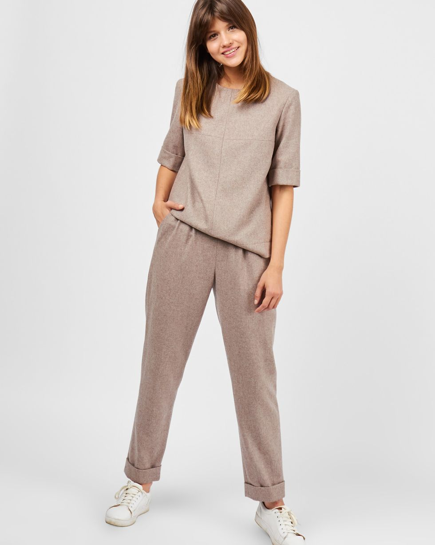 Костюм: топ с коротким рукавом и брюки SКомплекты<br><br><br>Артикул: 707054<br>Размер: S<br>Цвет: Кофе с молоком<br>Новинка: НЕТ<br>Наименование en: Short sleeve top &amp; pleated trousers two-piece set
