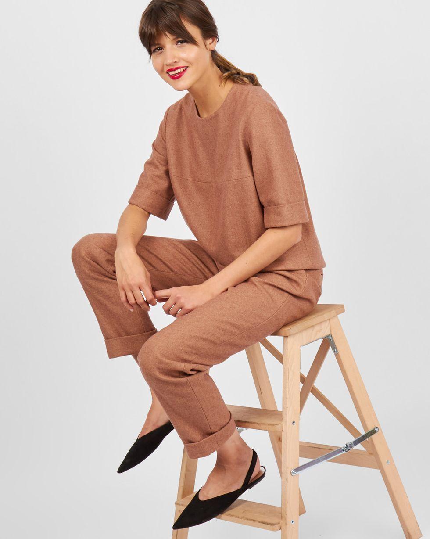 Костюм: топ с коротким рукавом и брюки LКомплекты<br><br><br>Артикул: 707058<br>Размер: L<br>Цвет: Светло-коричневый<br>Новинка: НЕТ<br>Наименование en: Short sleeve top &amp; pleated trousers two-piece set