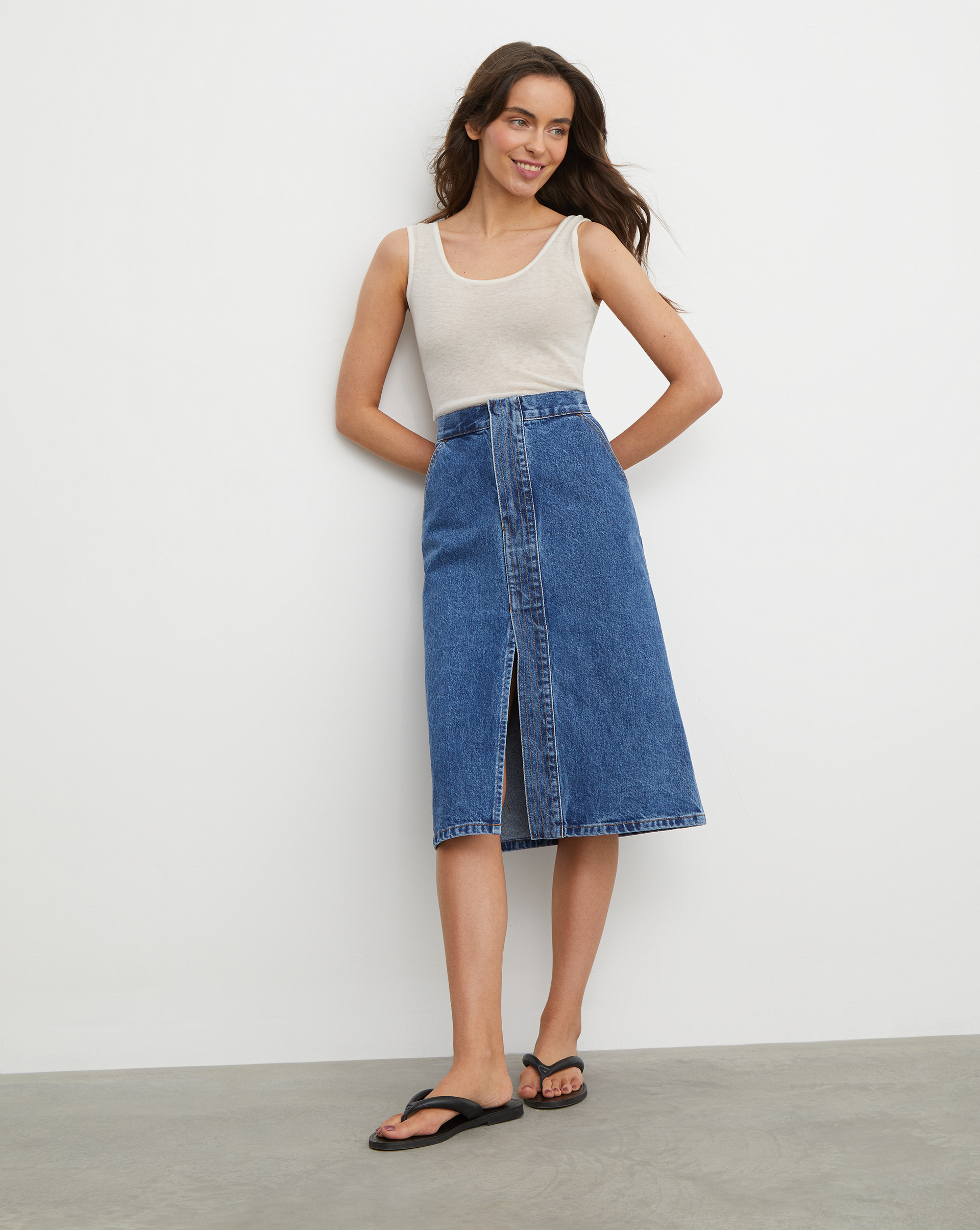 12⠀STOREEZ Джинсовая юбка миди с декоративной планкой