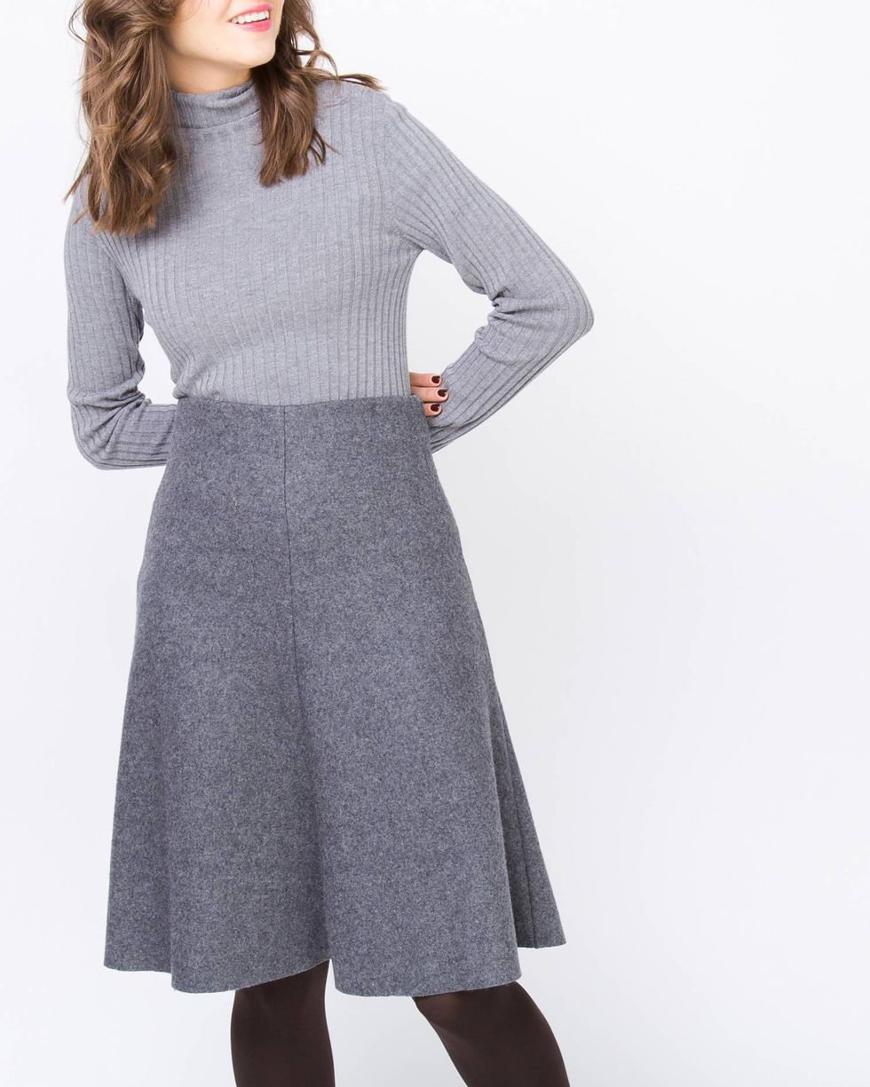 Юбка из плотного трикотажа Lюбки<br><br><br>Артикул: 8276759<br>Размер: L<br>Цвет: Темно-серый<br>Новинка: НЕТ<br>Наименование en: Flared knit skirt