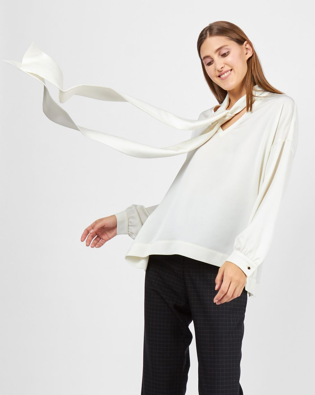 Блуза с вырезом и бантом SТопы и блузы<br><br><br>Артикул: 82811876<br>Размер: S<br>Цвет: Молочный<br>Новинка: НЕТ<br>Наименование en: Bow neck blouse
