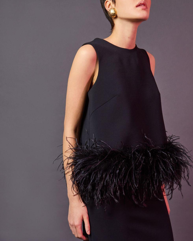 Топ без рукавов с перьями SТопы и блузы<br><br><br>Артикул: 82812223<br>Размер: S<br>Цвет: Черный<br>Новинка: НЕТ<br>Наименование en: Feather embellished sleeveless top