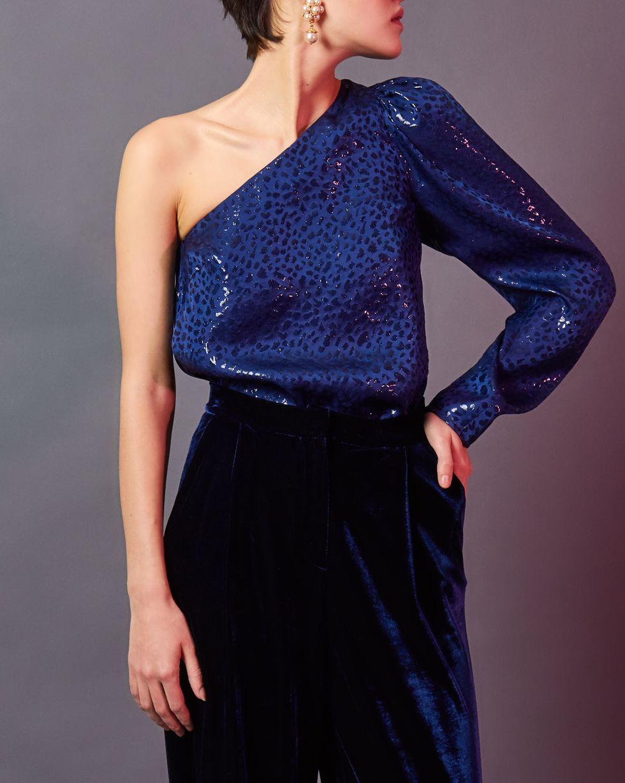 Блуза с одним рукавом из шелка XSТопы и блузы<br><br><br>Артикул: 82812339<br>Размер: XS<br>Цвет: Темно-синий<br>Новинка: ДА<br>Наименование en: One-shoulder silk blouse