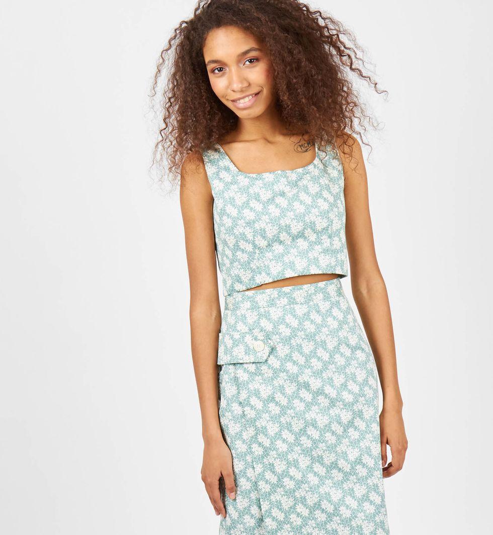 Комплект: топ и юбка с хлястиком в цветок Mкомплекты<br><br><br>Артикул: 709176<br>Размер: M<br>Цвет: Зеленый<br>Новинка: ДА<br>Наименование en: Cropped top and midi skirt set
