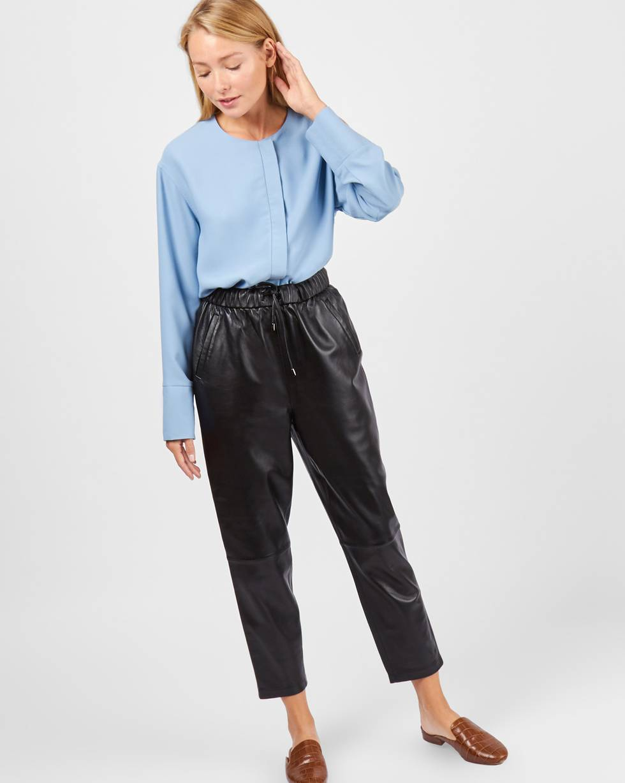 Брюки кожаные SБрюки<br><br><br>Артикул: 220811024<br>Размер: S<br>Цвет: Черный<br>Новинка: НЕТ<br>Наименование en: Leather trousers