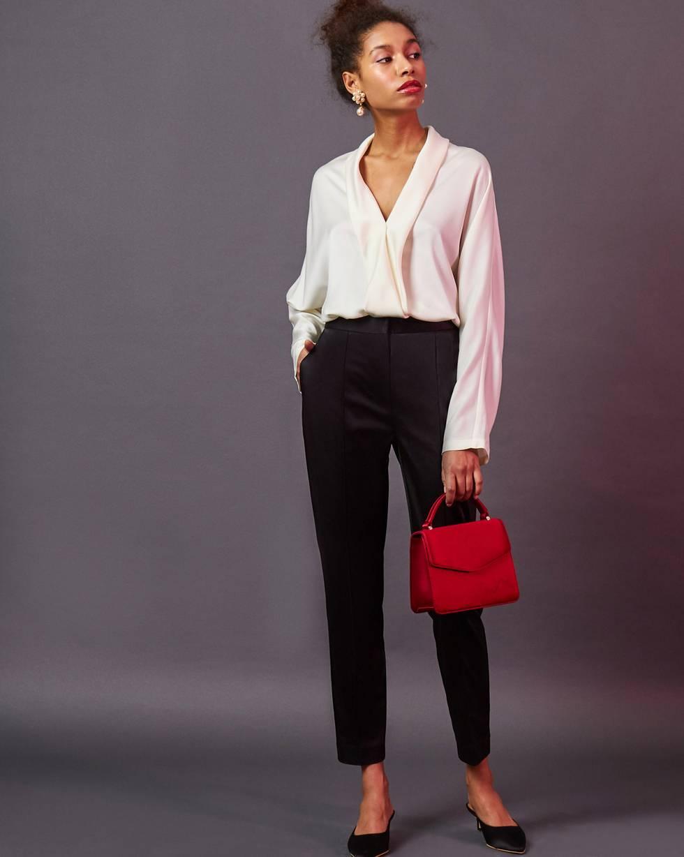 Брюки облегающие со стрелками  XSБрюки и джинсы<br><br><br>Артикул: 220811859<br>Размер: XS<br>Цвет: Черный<br>Новинка: НЕТ<br>Наименование en: Creased tailored trousers