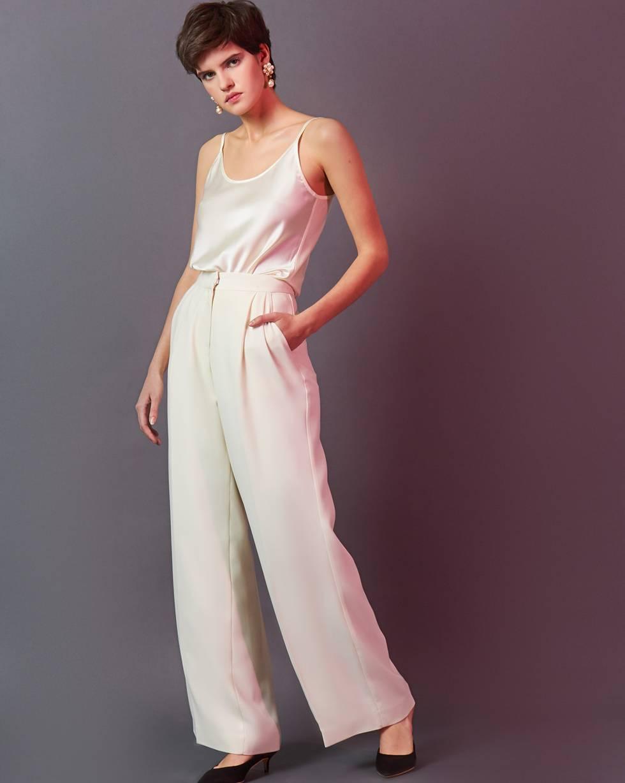 Брюки широкие со складками MБрюки и джинсы<br><br><br>Артикул: 220812124<br>Размер: M<br>Цвет: Молочный<br>Новинка: НЕТ<br>Наименование en: High-rise pleated trousers