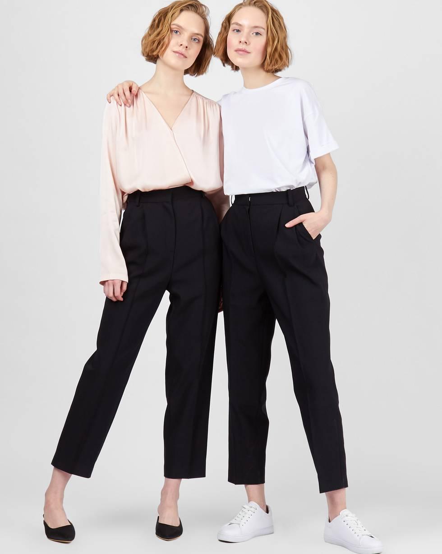 Брюки с завышенной талией XSБрюки<br><br><br>Артикул: 220812337<br>Размер: XS<br>Цвет: Черный<br>Новинка: НЕТ<br>Наименование en: Tailored creased trousers